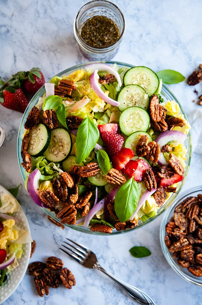 Salad with strawberries and candied pecans