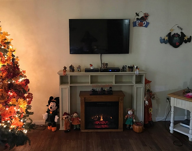 A Living room decorated for fall