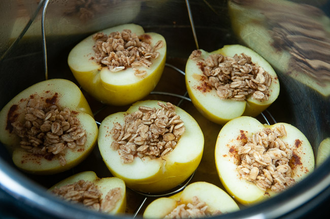 Place the apples in the trivet in the Instant Pot.